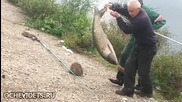 Рибар улови амур, но радостта му беше кратка