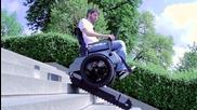 Електрическа инвалидна количка, която изкачва стълби