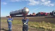 Транспортиране на огромен цилиндър за петрол в Канада
