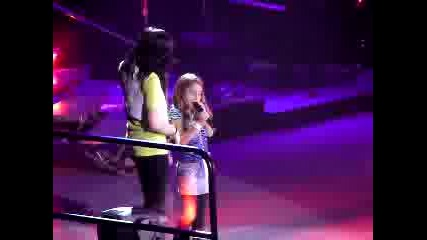 Demi Lovato sing with little girl
