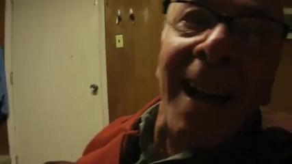 84-годишен старец се радва на видео игра като малко дете. Смях! Иииииих! :d
