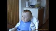 Малко дете се скъсва от смях