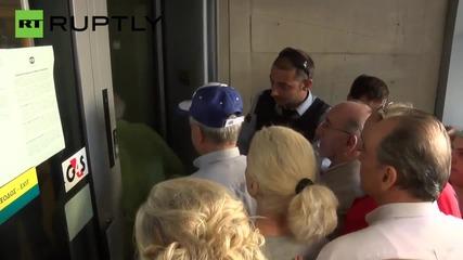 Гръцките пенсионери стигат до бой по опашките пред банкоматите в Атина