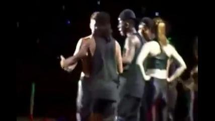 Boy belieber прегръща Джъстин на сцената