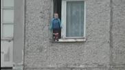▶ В Русия заснеха как 3-годишно момченце излиза от прозореца на апартамент
