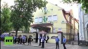Протестиращи атакуваха с боя руското консулство в Харков