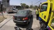 Шофьор кара камион под скъсан електрически стълб с риск за живота си