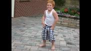 Лудото хлапе с танц