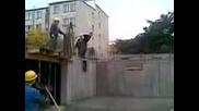 глупав строител скача в цимент