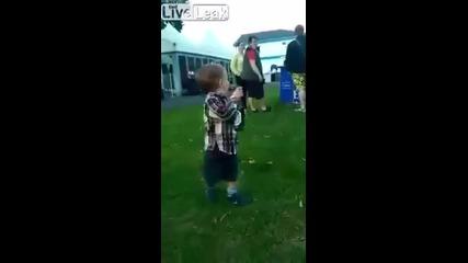 Малко момче носи на баща си бира