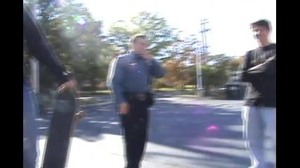 полицай прави трикове със скейборд