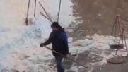 Странен начин за чистене на сняг