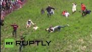 Преследване на пита кашкавал по хълм в Англия