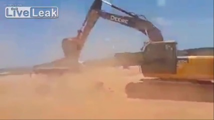 Судански багерист смачква колата на шефа си, не му платил навреме