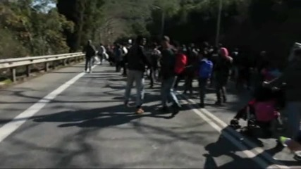 Greece: Refugees stranded on main road between Athens and Idomeni border