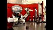 Барман робот обръща първа халба