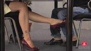 Чий крака ме докосват под масата - скрита камера