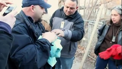 Хора спасяват малко кученце, което се е заклещило в подземни тръби