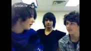 Джо завижда на Ник и Кевин го отнася