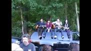 Jonas Brothers with Demi Lovato пеят на покрива на колата си