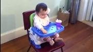 Бебе се наслаждава на храната
