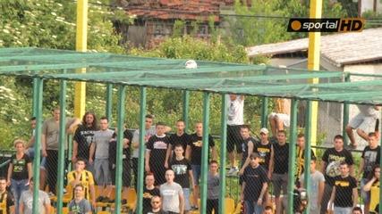 Феновете на Ботев опитват да свалят топка след удар на Милисавлевич
