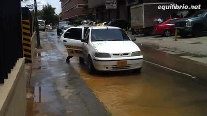 Така се пресича наводнена улица. Смях!