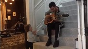 Кевин Джонас изпълнява акустично Bb Good на дъщеричката си Алина