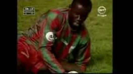 Футболист Си Чупи Кракът По Време На Мач