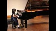 Малко момиче свири произведение на Шопен [страхотно]
