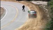 Моторист се стряска от полицията и пада...