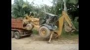 Страхотен багерист се качва в камион