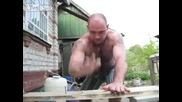 Украинец забива пирон с ръце