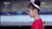 Малко момиче хипнотизира различни животни