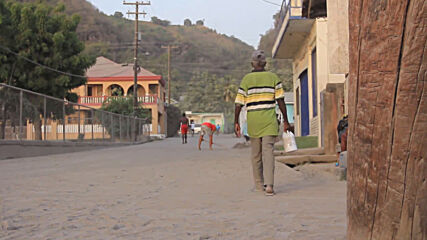 Saint Vincent and the Grenadines: Locals collect water amid shortages following volcano eruption