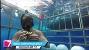 Мъж подрежда кубчето на рубик затворен в клетка под вода и заплашен от акула