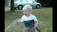 Сладко бебе прави опит да пие вода - Смях