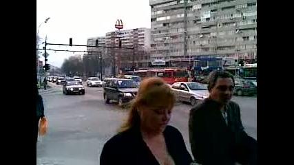 22032010 Протестиращите минават през кръстовището на Макдрайв