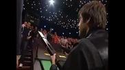 Рони прави жест към момче от публиката. Подарява му щеката си