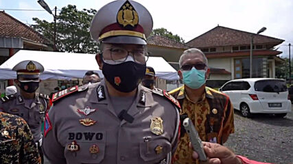 Indonesia: People in ghost costumes confront travellers returning home at COVID-19 checkpoint
