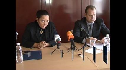 Лиляна Павлова заплаши Перник със съд заради непочистен път