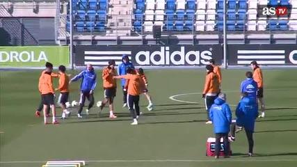 Роналдо се забавлява на тренировка