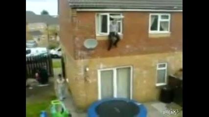Идиот скача от прозореца на трамплин и се пребива!