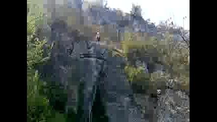 Скок от 16 метрова скала на Хотнишкия водопад !