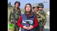 Как израелски войници провалят новините на живо на палестинска репортерка