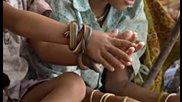Деца Си Играят със Змии