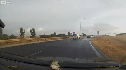 Вижте какво се случва, когато BMW мине през локва с несъобразена скорост!