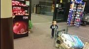 Реакцията на едно малко дете на автоматична врата!