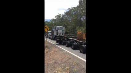 Огромен товар, който се дърпа от шест камиона