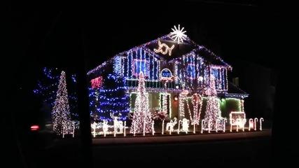 Коледна украса свети под ритъма на музика
